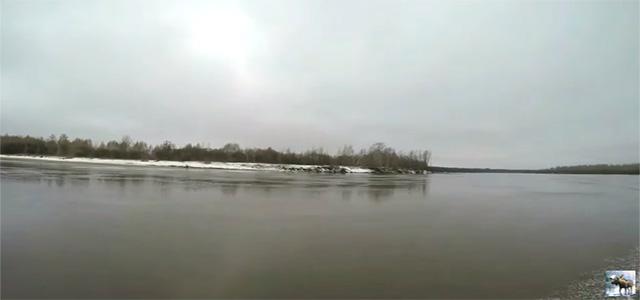Моторная лодка Казанка идем по первому льду