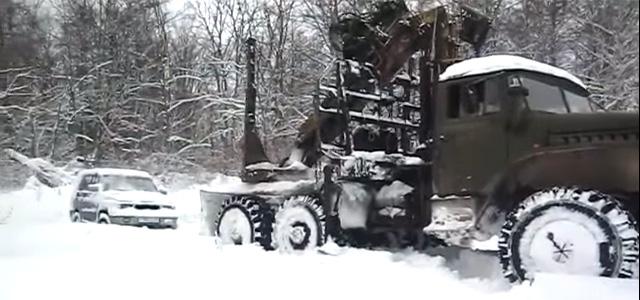 Урал вытаскивает УАЗ